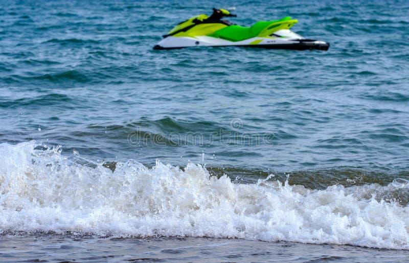 在地中海的喷气机滑雪海滩的 库存照片