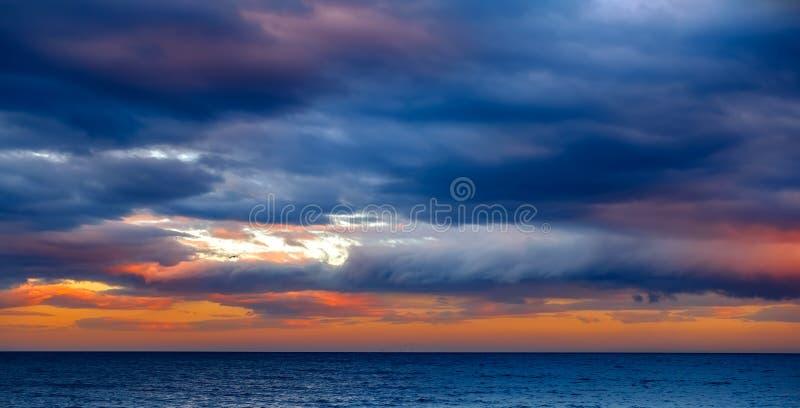 在地中海的日落有海鸥的 免版税图库摄影