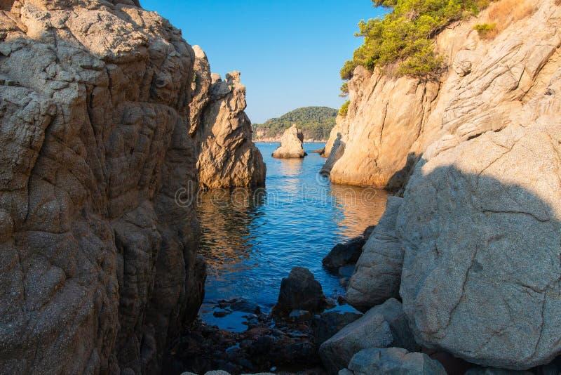 在地中海,西班牙的海湾 在海海滩的峭壁在略雷特德马尔 免版税库存图片