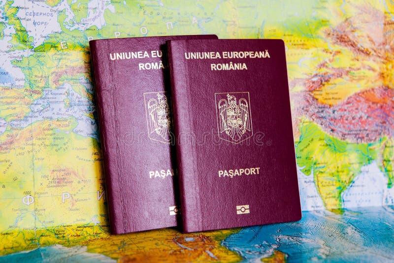 在地图的护照 对欧洲准备的旅行的旅行的概念 罗马尼亚的一本正式护照 库存照片