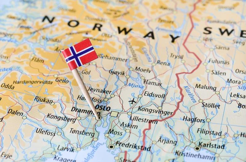 在地图的挪威旗子 库存照片