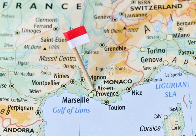 在地图的摩纳哥旗子 库存照片
