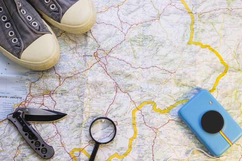 在地图的旅客的项目 免版税库存照片