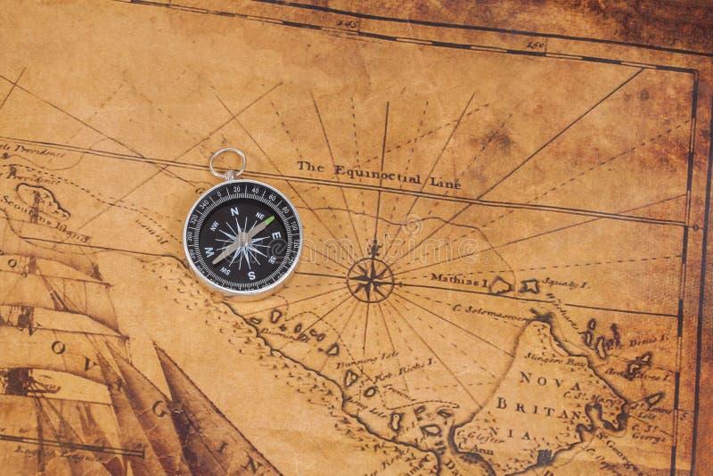 在地图的老牌黄铜指南针 库存图片