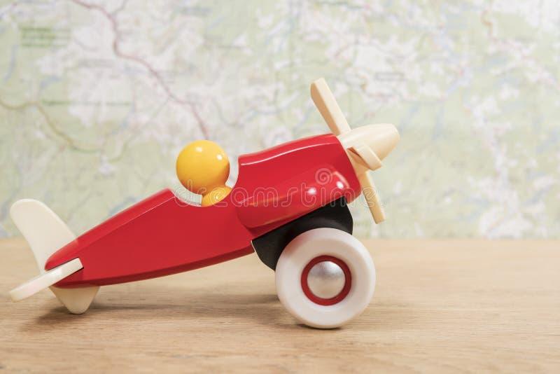 在地图背景的玩具飞机  免版税图库摄影