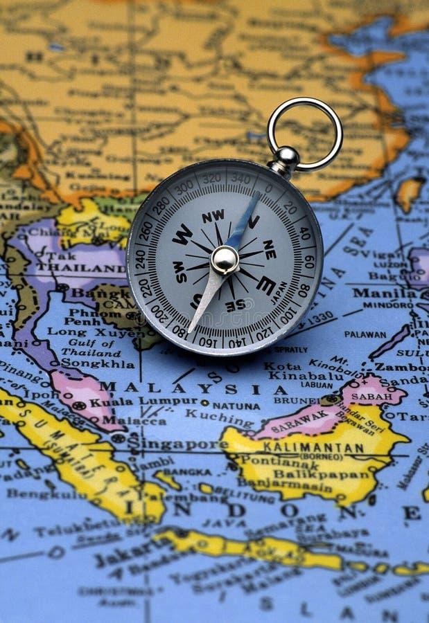 在地图(东南亚地区)的古色古香的指南针 库存图片