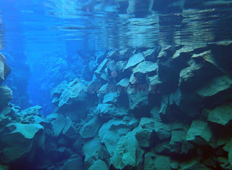 在地壳构造板块之间的岩石水下的裂口 免版税图库摄影