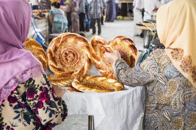 在地方义卖市场的传统乌兹别克斯坦面包lavash,是软的f 库存照片