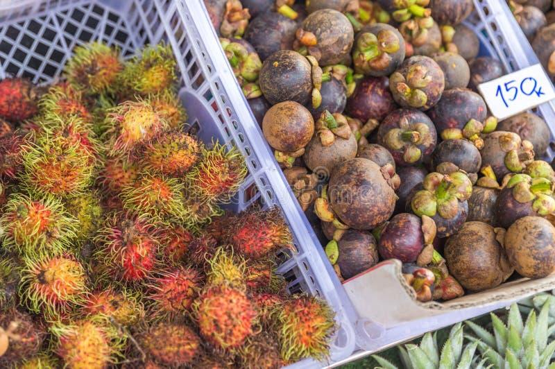 在地方市场上的新红毛丹果子束在泰国 免版税库存图片