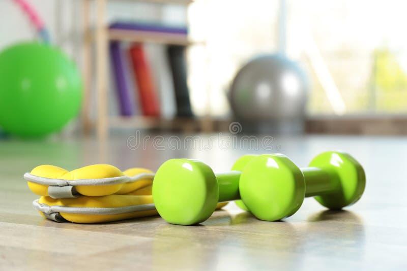 在地板上的健身存货在宽敞健身房 修复医学 免版税库存图片