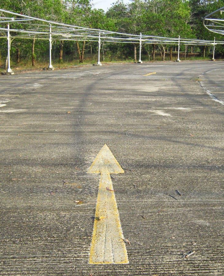 在地板上的大箭头在停车场 免版税库存照片