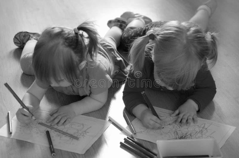 画在地板上的女孩 免版税库存照片