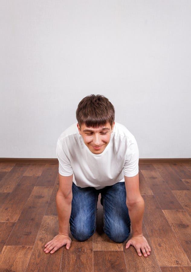 在地板上的年轻人 库存图片