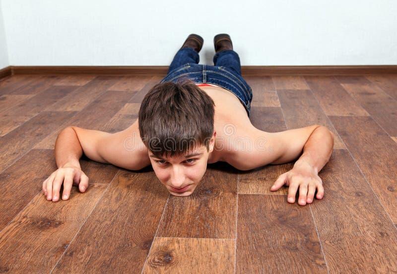 在地板上的年轻人 免版税库存照片