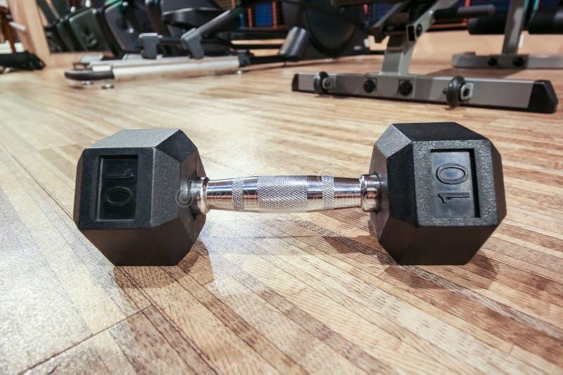 在地板上的特写镜头dumbell在与镜象反射,健身概念的健身俱乐部 库存图片