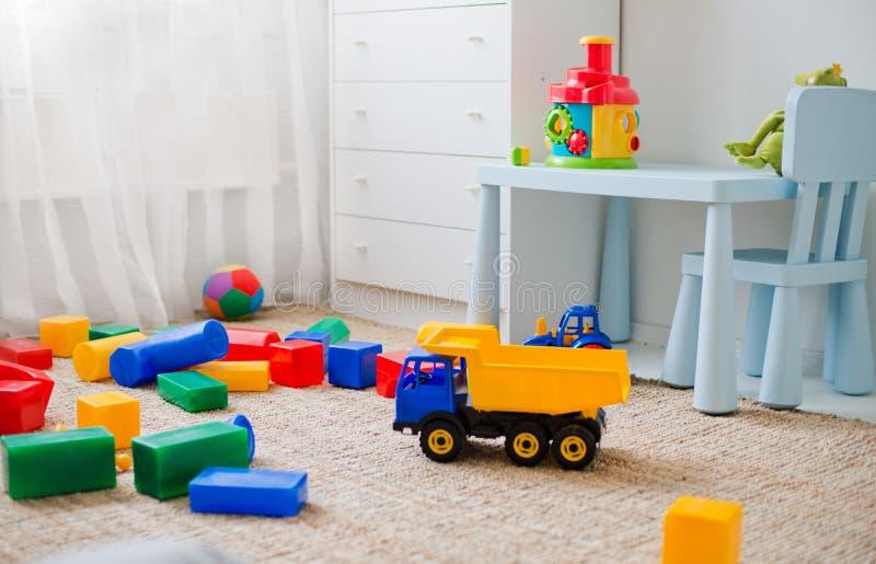 在地板上的玩具在托儿所 库存图片