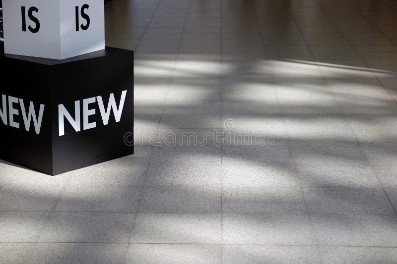 在地板上的立方体与题字 库存照片