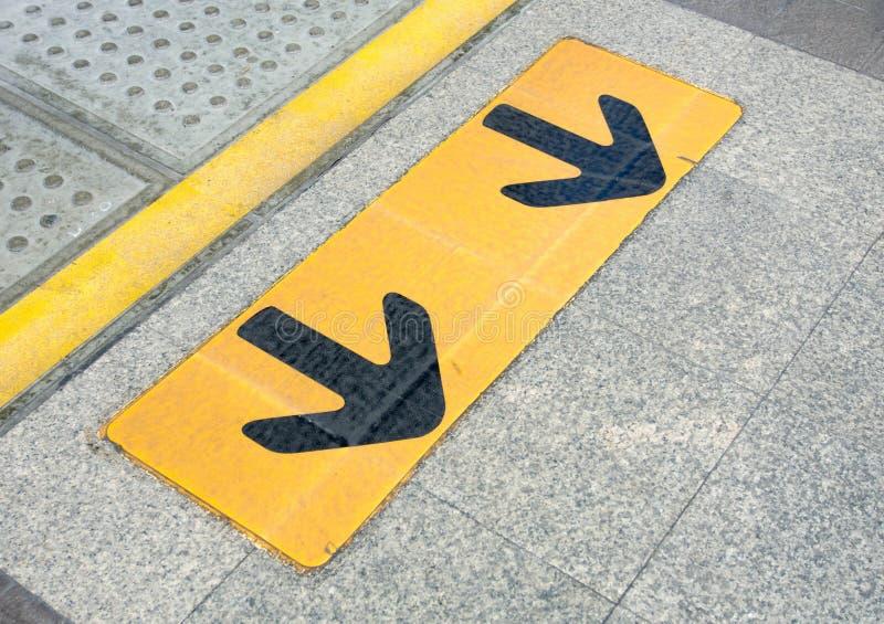 在地板上的箭头标志在天空火车 免版税库存照片