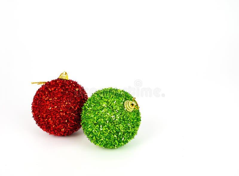在地板上的红色和绿色圣诞节球 库存照片