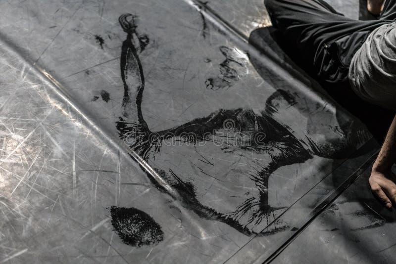 在地板上的舞蹈家的后面 免版税图库摄影