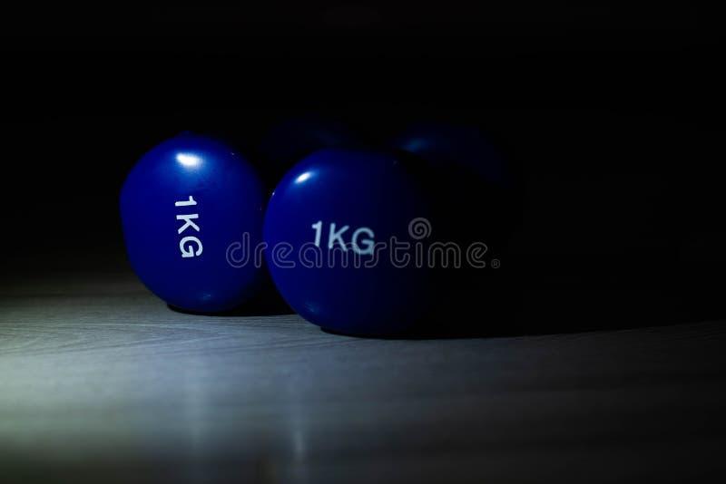 在地板上的蓝色哑铃 图库摄影