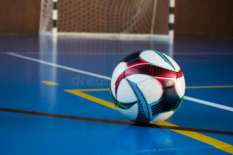 在地板上的足球在健身房 免版税图库摄影