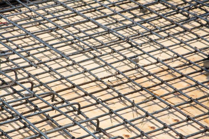 在地板上的铁丝网钢在建造场所 图库摄影