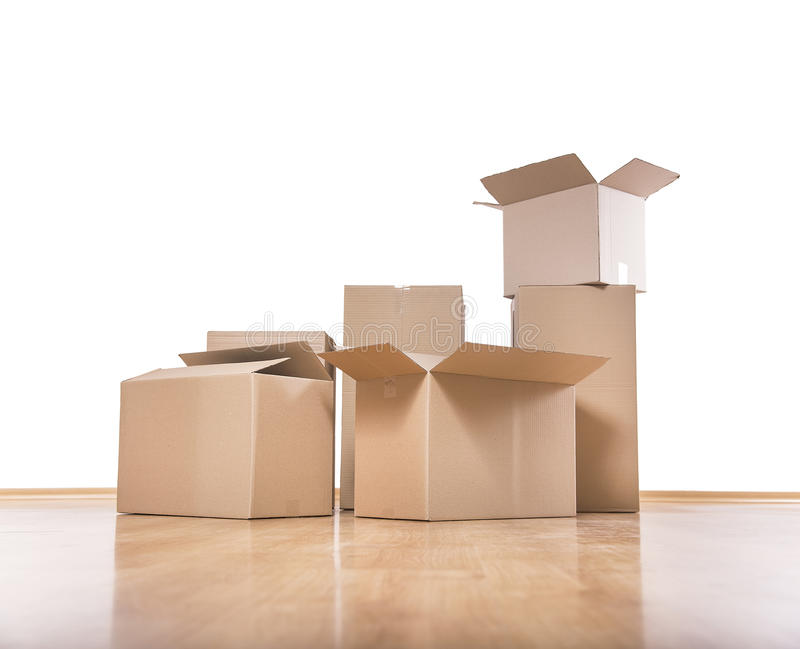 在地板上的移动的箱子 免版税库存照片