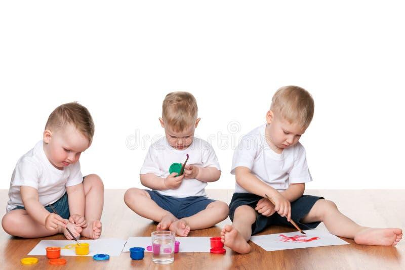在地板上的绘画孩子 库存照片