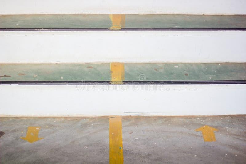 在地板上的黄色箭头贴纸与拷贝空间 免版税库存图片