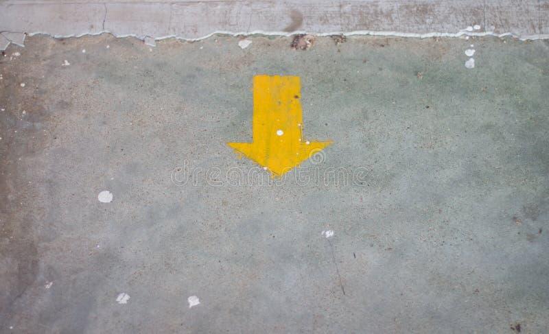 在地板上的黄色箭头贴纸与拷贝空间 库存照片