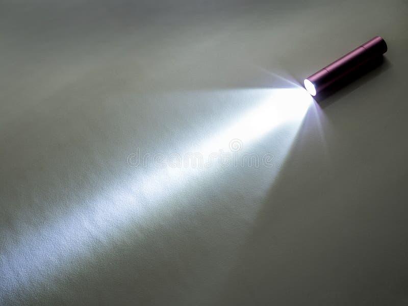 在地板上阐明的小LED闪光光 图库摄影