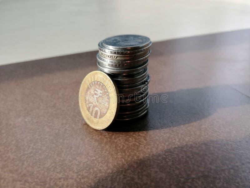 在地板安置的一束印度货币硬币 免版税库存图片