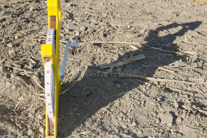 在地板沙子的轮盘赌大地测量学的100米 免版税库存照片