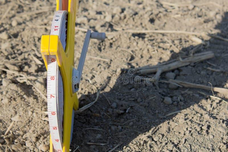 在地板沙子的轮盘赌大地测量学的100米 库存照片