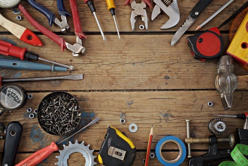 在地板,顶视图上的工具 免版税图库摄影