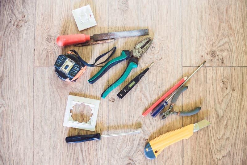 在地板Diy上的电子工具用工具加工概念 库存照片
