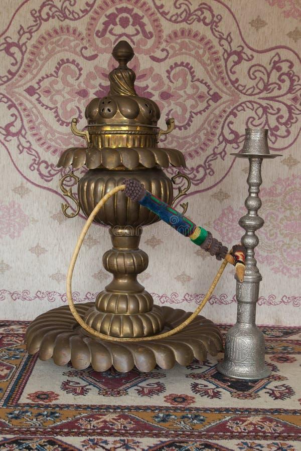 在地毯前面的两葡萄酒水烟筒 图库摄影