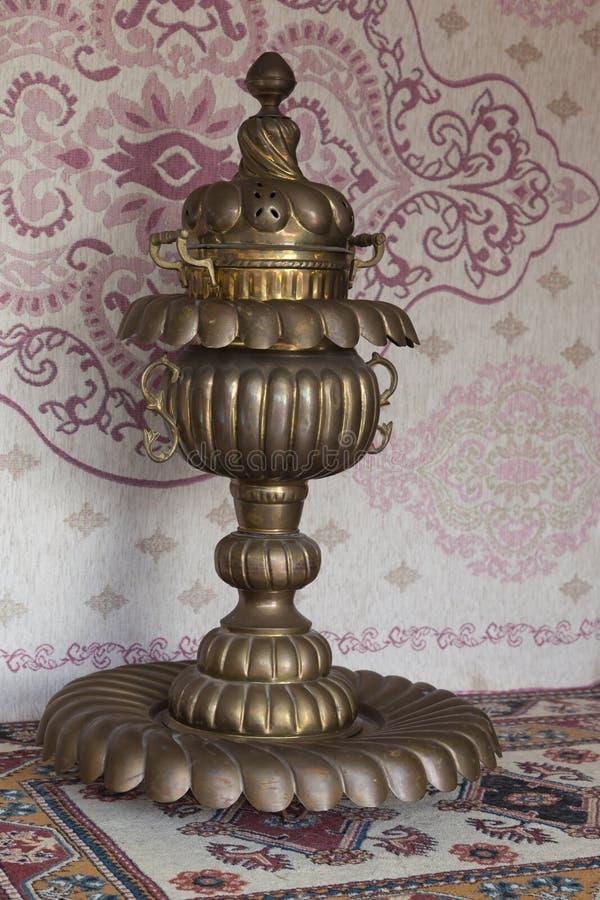 在地毯前面的葡萄酒铜水烟筒 免版税库存图片