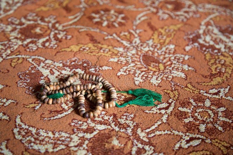 在地毯的伊斯兰教的念珠 免版税库存照片