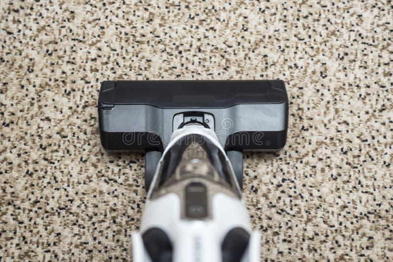 在地毯的吸尘器 在地板陈列房子清洗的概念的吸尘器 免版税库存图片