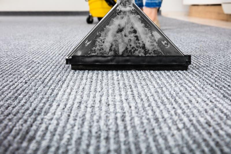 在地毯的吸尘器 库存照片