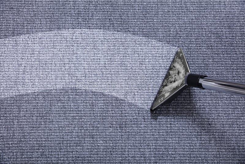 在地毯的吸尘器 免版税库存照片