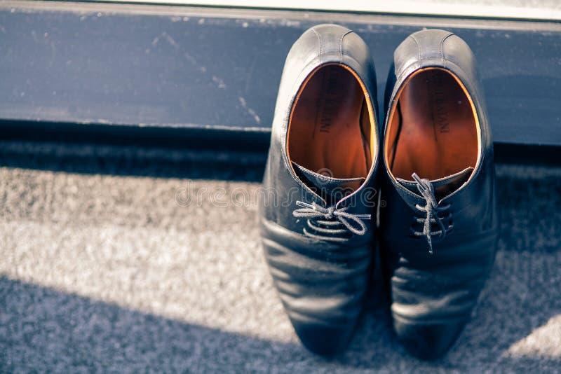 在地毯的新郎的鞋子 免版税库存照片