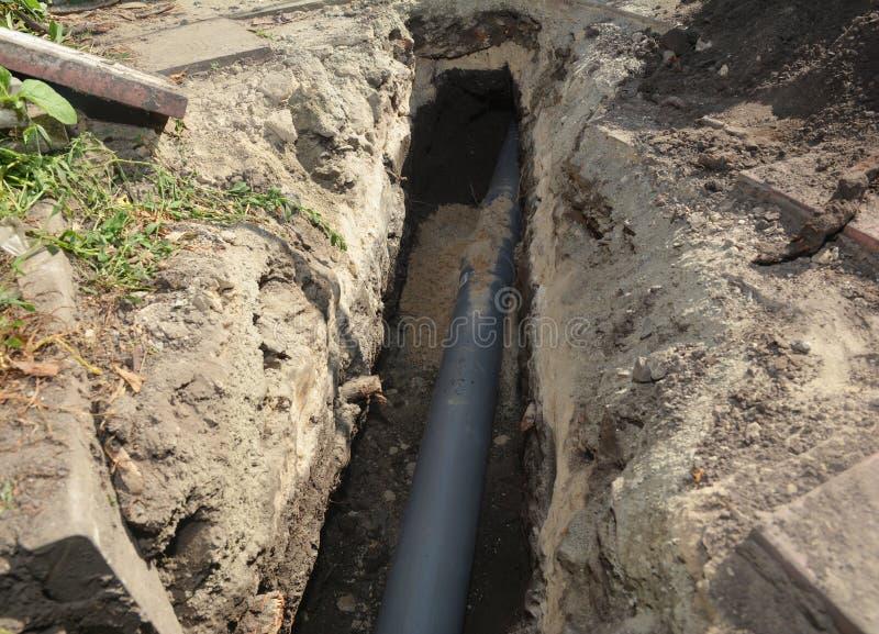 在地沟内安装下水道管 住宅下水道排水管装置 图库摄影