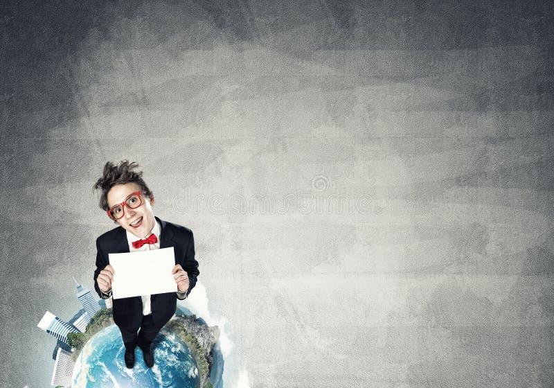在地球上面的可笑的商人 免版税库存图片