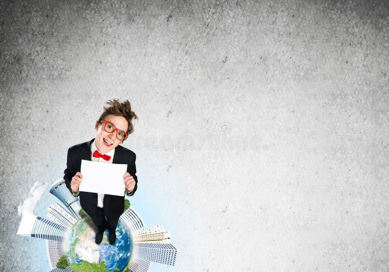 在地球上面的可笑的商人 免版税图库摄影
