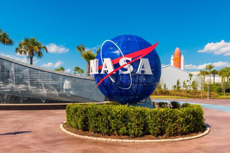 在地球的美国航空航天局商标在肯尼迪航天中心佛罗里达 免版税库存图片
