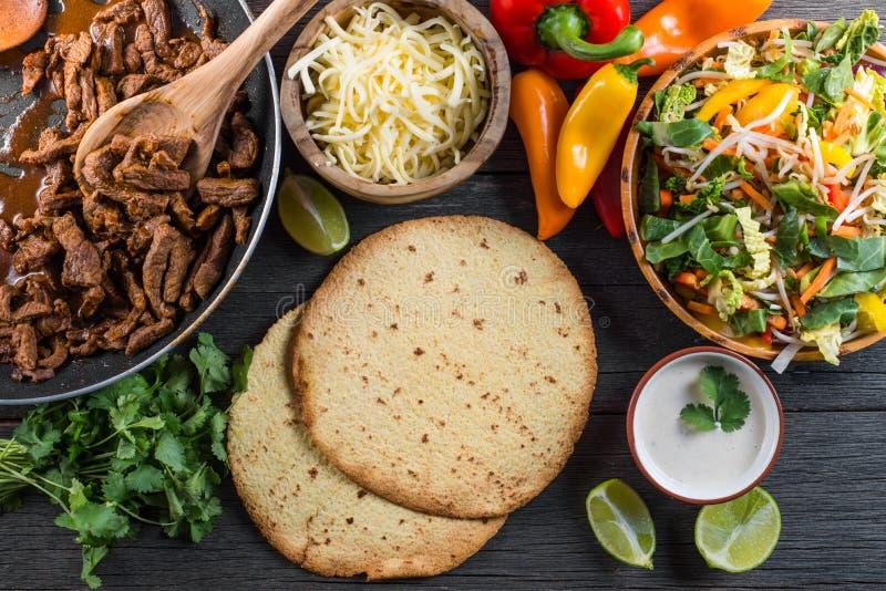 在地道墨西哥街道炸玉米饼的顶上的看法 免版税图库摄影