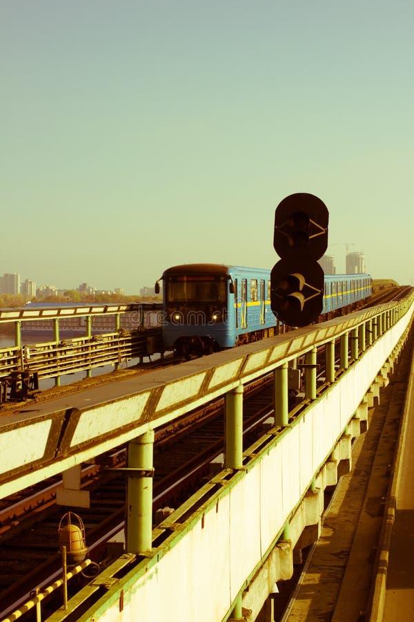 在地铁桥梁,接近的Dnipro驻地,基辅,乌克兰的地铁 库存图片